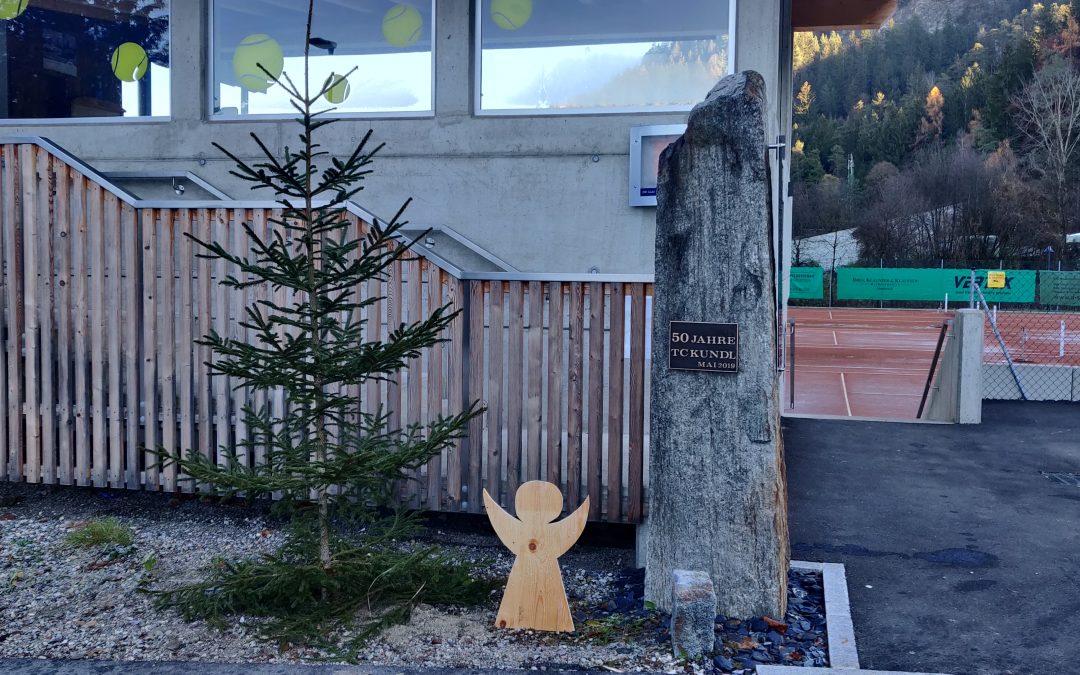 Zusammenhalt: Der TCK Christbaum steht zum Schmücken bereit
